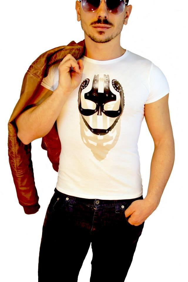 ragazzo con shirt personalizzata con stampa maschera nera effetto 3d