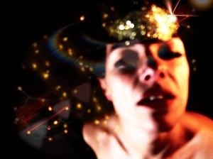 volto di donna con maschera alzata elaborazione digitale