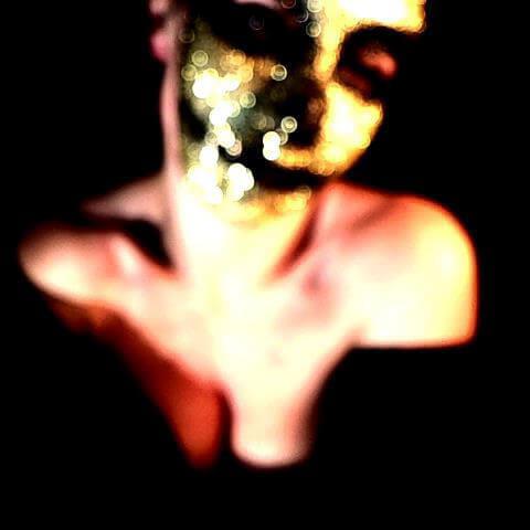 donna con maschera teschio oro di glitter