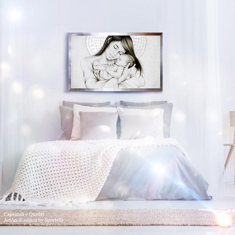 capezzale Madonna con madreperla in camera da letto con arredamento chiaro bianco