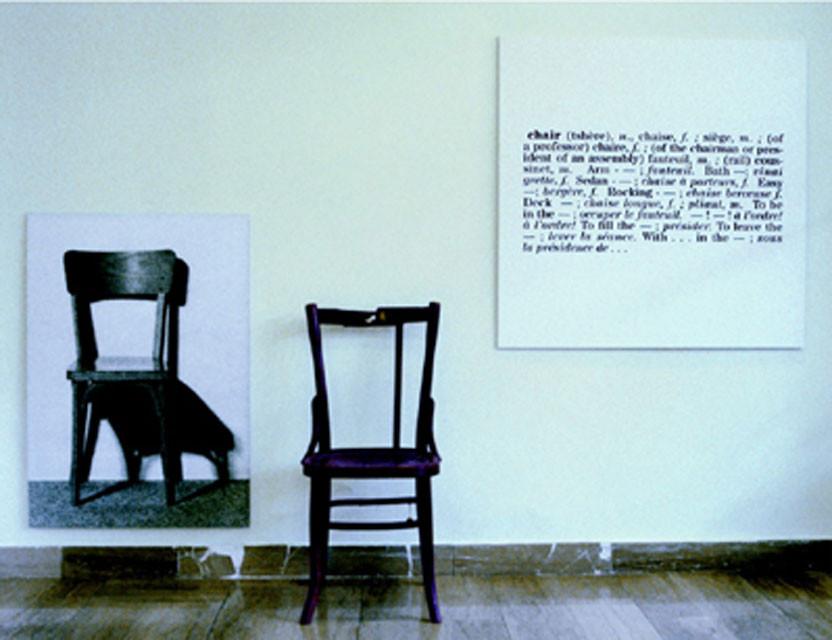 Fotocopia di una parte dell'installazione di Joseph Kosuth One and three chairs e sedia sulla quale è stato fucilato il partigiano Vjekoslav Dukic il 5 gennaio 1941