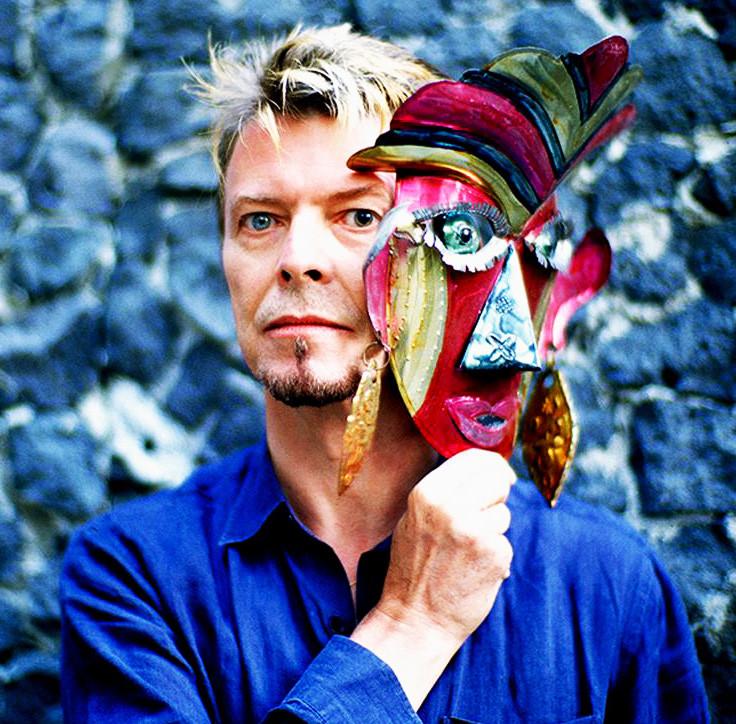 David Bowie con maschera africana