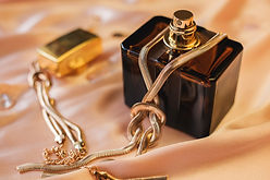 perfume-bottle-with-gold-necklace-pink-b