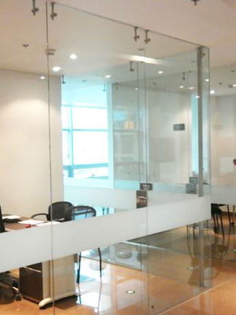 Divisiones de Oficina con Vidrio de 8mm y Herrajes en Acero
