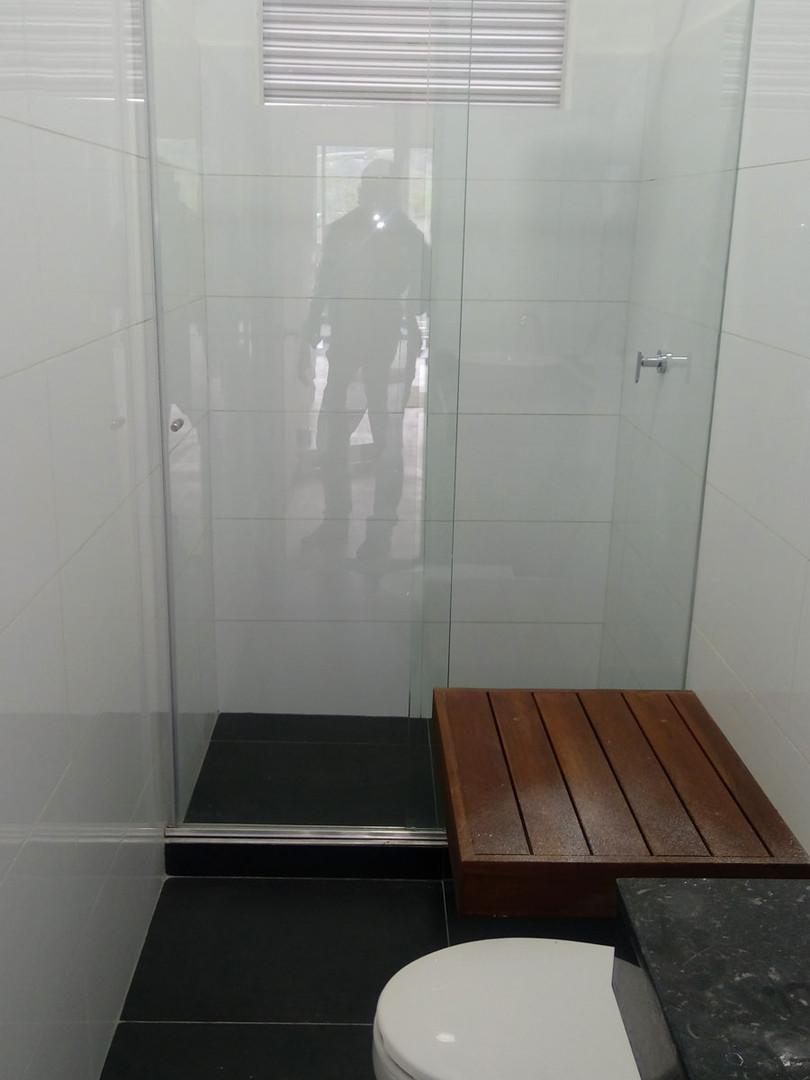 División de Baño en vidrio templado de 8mm y Sistema Corredizo