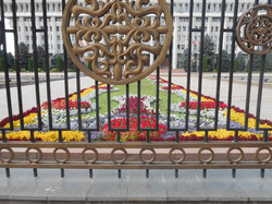 Цветник перед домом правительства
