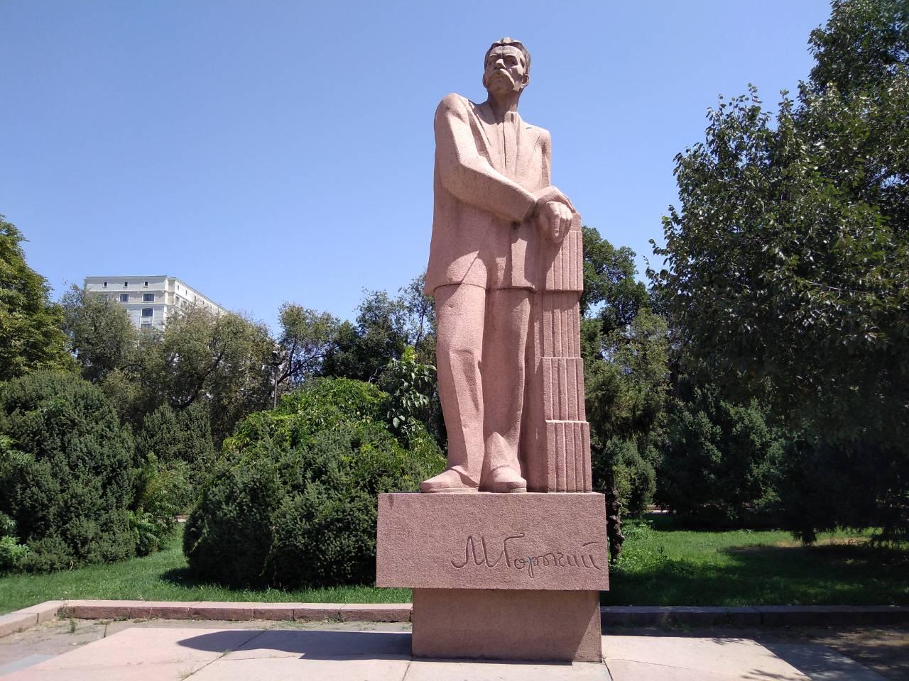 Памятник писателю Максиму Горькому