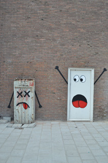 Scared plots on the door - OakOak