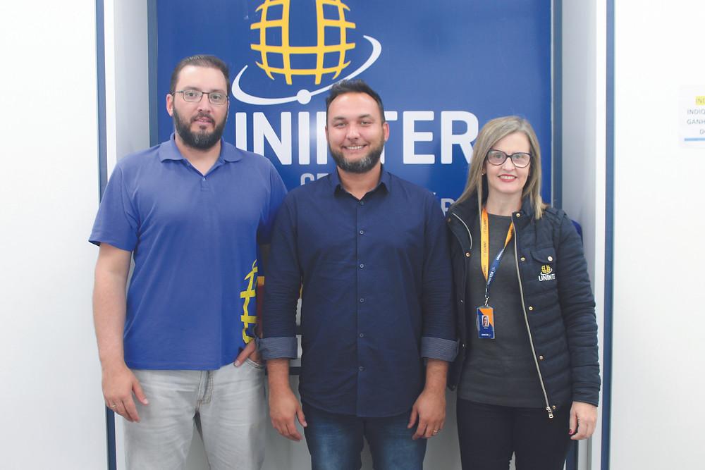 Funcionários do Centro Universitário Internacional (UNINTER) Itapetininga, que conta com cursos de graduação e pós-graduação, na Revista Top da Cidade Edição 54