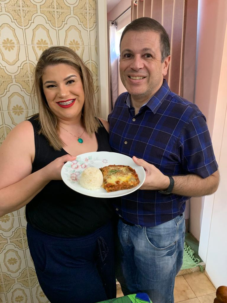 Aline Meira e Dr José Gabriel em foto para Receita de Lasanha Vegetariana, para a Revista Top da Cidade Edição 54, em Itapetininga