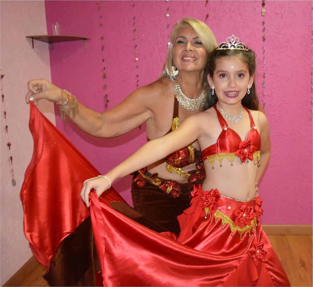 Sueli Santos e a jovem Kyara Kupper, em matéria sobre a Dança do Ventre, na Revista Top da Cidade, de Itapetininga