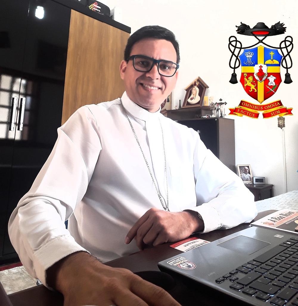Padre André Luiz Garcia, da Diocese de Itapetininga. Chanceler do Bispado e Pároco da Paróquia Bom Jesus de Alambari, em foto para a Revista Top da Cidade, edição 54, em Itapetininga