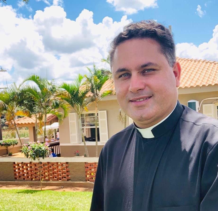 Padre Reinaldo em foto para matéria na Revista Top da Cidade, Edição 54, de Itapetininga.