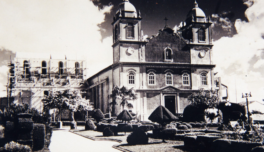 1947-_antiga_matriz,_nota-se_a_construçã