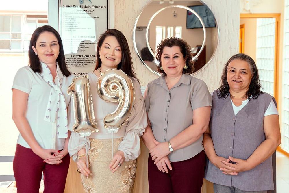 Camila, Doutora Katia Takahashi, Joana e Zélia, da Clínica Derma Centro Itapetininga, comemorando 19 anos de atividade, em foto para matéria na Revista Top da Cidade, Edição 54, em Itapetininga