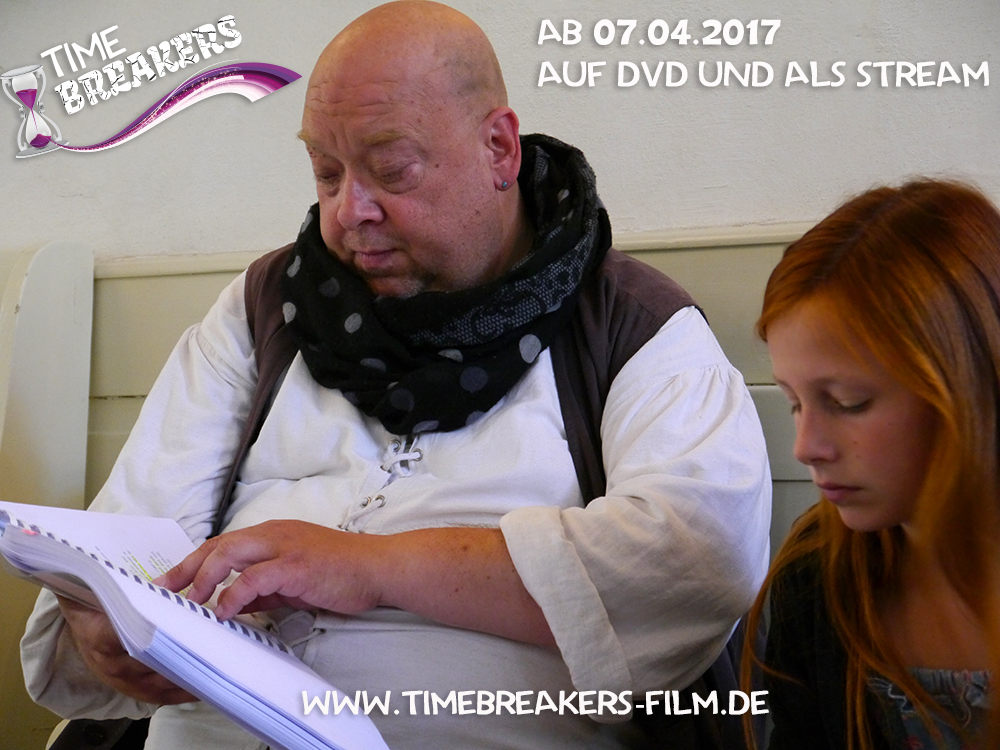 Arne_Prill_und_Lucy_Kruse_beim_Text_lernen_Timebreakers_Copyright_Fun_and_Joy_Media_Foto_Philip_May
