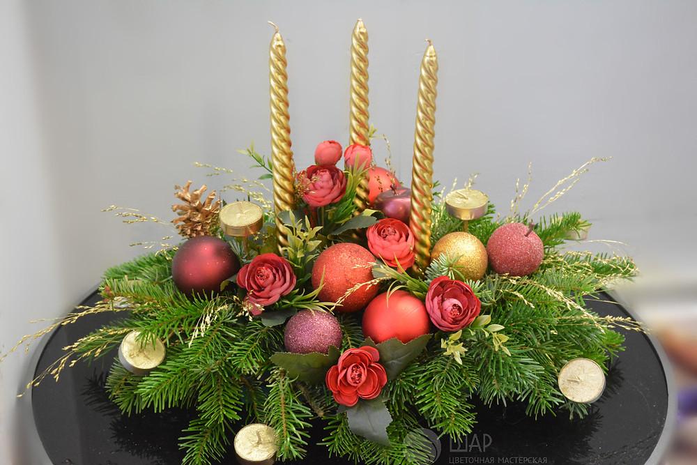 Новогоднее украшение с золотыми свечами