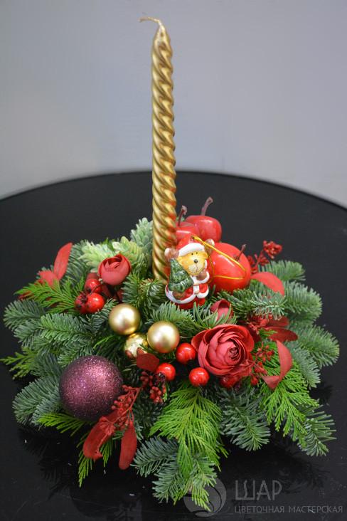 Новогоднее украшение с золотой свечой