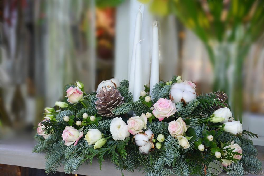 Новогоднее украшение с белыми свечами