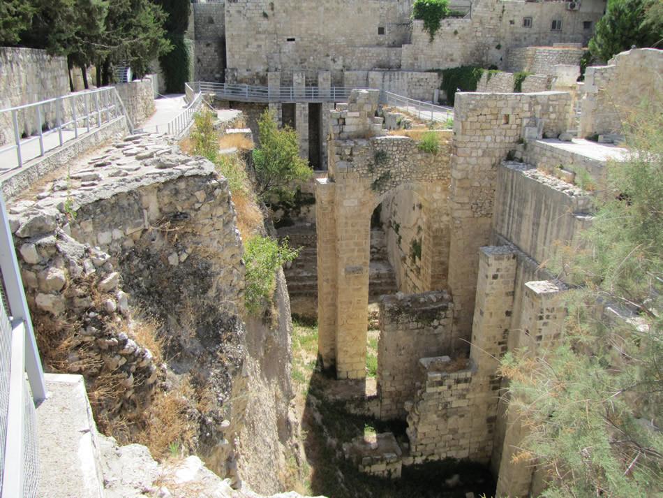 Piliers de soutien de l'église byzantine au dessus du bassin sud