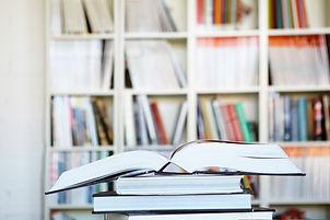 Boekenkast met studieboeken