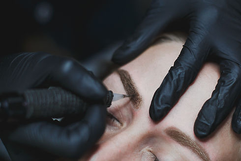 permanent makeup process: master in blac