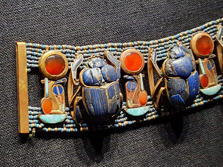 How were vibrant colours achieved during the reign of Tutankhamun?