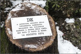 Targa 13, Anno 2276 - Milano  A IMPERITURA MEMORIA DELLA TIPOGRAFIA ALBEMUTH. BALUARDO DEL CICLOSTILE DURATE IL BANDO DELLA CARTA. QUI DATA IN PASTO AL ROGO. 14 AGOSTO 2276