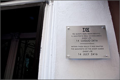 Targa 6, Anno 2416 - Roma (zona piazza Navona)  TRA QUESTE MURA VENNE REDATTO IL MANIFESTO DELL'AVANGUARDIA (DADA2 x π) 14 LUGLIO 2416