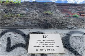 Targa 18, Anno 2327 - Milano   VENNE QUI UFFICIATO IL PRIMO MATRIMONIO TRA CINQUE CLONI GENERATI DAL MEDESIMO DNA  23 OTTOBRE 2327