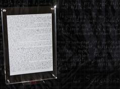 DESCRIZIONE Un racconto con dignità di Profezia. Mondo Senza Fine di Alessandro Gori, descrive come si risolse il problema del Finevita, attraverso la trasmigrazione delle anime ad un Oltremorte artificiale: Aeterial90. Se ne riporta qui il manoscritto originale firmato con nom de plume Lo Sgargabonzi.   DIMENSIONI 21.28 CM Cornice: 26.35 CM   MATERIALI carta, inchiostro, lungimiranza Cornice: plexi, metallo   COLLABORAZIONI Alessandro Gori (aka Lo Sgargabonzi)