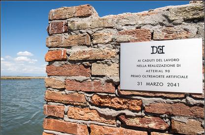 Targa 10, Anno 2041 - Venezia  AI CADUTI DEL LAVORO NELLA REALIZZAZIONE DI AETERIAL 90 PRIMO OLTREMORTE ARTIFICIALE 31 MARZO 2041