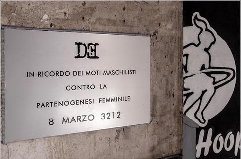 Targa 8, Anno 3212 - Roma (Pigneto)  IN RICORDO DEI MOTI MASCHILISTI CONTRO LA PARTENOGENESI FEMMINILE 8 LUGLIO 2071