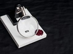 L'unità emotiva avanzata valse a N°44 lo status di Macchina Sensibile. Tenuta in tasca dall'androide fino alla cremazione.  DESCRIZIONE Conservata nella tasca dell'androide fino al suo ultimo giorno di Vita. L'unità emotiva avanzata valse a N°44 lo status di Macchina Sensibile.   DIMENSIONI 10.3.1 MM Lente: 6,5 CM Diametro Base: 9.12.1 CM   MATERIALI componente elettronica Lente: vetro, metallo Base: pietra