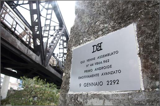 Targa 12, Anno 2292 - Pescara  VENNE QUI ASSEMBLATO N°44 V864.962 PRIMO ANDROIDE EMOTIVAMENTE AVANZATO 9 GENNAIO 2292