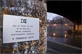Targa 1, Anno 2379 - Roma (Lungo Tevere)    QUI SI TOLSE LA VITA N°44 V864.962 PRIMO ANDROIDE EMOTIVAMENTE AVANZATO 3 FEBBRAIO 2379