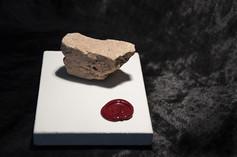DESCRIZIONE Un frammento del muro di cinta a quartiere Pigneto (Roma), raccolto all'imbrunire. Le ultime ruspe spegnevano i motori, l'indomani sarebbero stati rimossi i detriti.   DIMENSIONI 6.3.4 CM Base: 9.12.1 CM   MATERIALI pietra Base: pietra