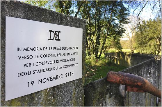 Targa 4, Anno 2113 - Roma (Villa Borghese)   IN MEMORIA DELLE PRIME DEPORTAZIONI VERSO LE COLONIE PENALI DI MARTE PER I COLPEVOLI DI VIOLAZIONE DEGLI STANDARD DELLA COMMUNITY 19 SETTEMBRE 2113