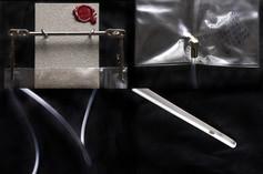 DESCRIZIONE A distanza di cinque secoli dalla prima esposizione Dada al Cabaret Voltaire di Zurigo, l'Orinatoio fu ripresentato in una versione aggiornata. Pur mantenendo la medesima firma, si fece più invadente.   DIMENSIONI 17.22.200 CM Base: 9.12.1 CM   MATERIALI plastica, acciaio chirurgico, silicone Base: pietra