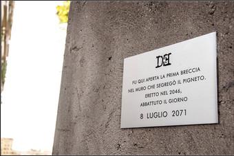 Targa 7, Anno 2071 - Roma (Pigneto)  FU QUI APERTA LA PRIMA BRECCIA NEL MURO CHE SEGREGÒ IL PIGNETO. ERETTO NEL 2046, ABBATTUTO IL GIORNO 8 LUGLIO 2071
