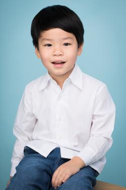 藍色背景兒童肖像