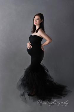 黑色裙孕婦
