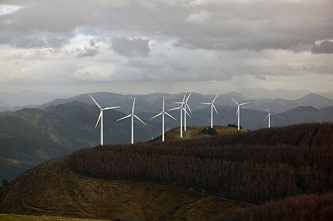 Turbinas de viento en las montañas