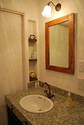 Mamanの家の標準仕様であるオリジナルの造作洗面台はお好みのモザイクタイルをあしらい、かわいさを求めるママンにはぴったりの人気アイテムです。