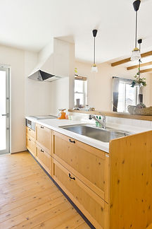 Mamanの家のキッチンの参考写真です。Mamanオリジナルのキッチンは天板や扉の面材をお好みに合わせて変更可能です。