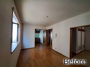リノベーション前のリビングの写真です。壁が多く、部屋が区切られているため狭く感じます。