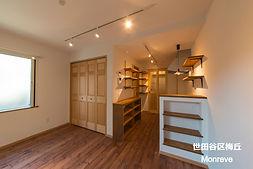 世田谷区梅丘のMaman風アパート、Monreveの内観写真です。賃貸では珍しい無垢フローリング、木製建具、漆喰の塗り壁仕様となっています。