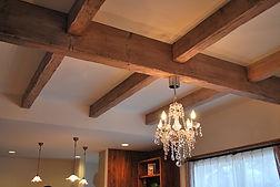 Mamanの家の標準仕様である見せ梁です。通常は梁の下に石膏ボードを貼り仕上げを行いますが、見せ梁にすることで天井も高くすることができます。
