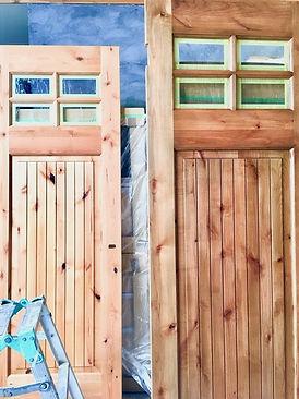 シンプソン木製ドアをヴィンテージ風に塗装しました。(左が無塗装、右が塗装後)