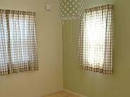 壁の色や照明とコーディネートしたカーテン